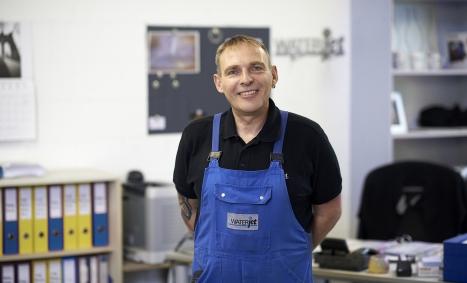 Wasserstrahlschneiden von Waterjet mit langjährigem Mitarbeiter Martin Heim